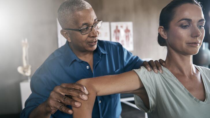 физиотерапевт-осмотр-женщина-плечо