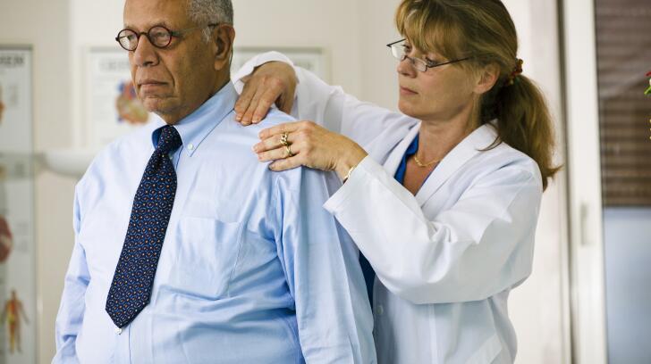 врач-осмотр-пациенты-плечо