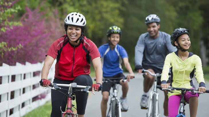 Família na trilha de bicicleta