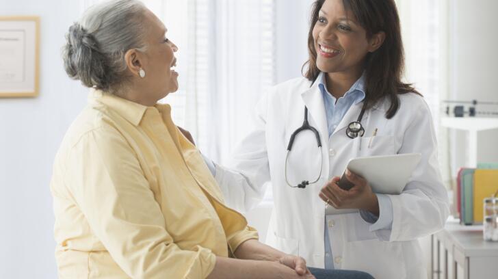triagem-teste-africano-americano-mulher-com-médico