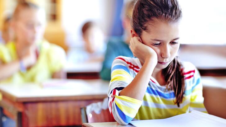 fille triste en classe