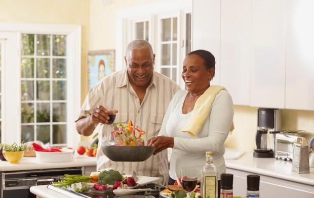 senior-couple-eating-healthy-meal