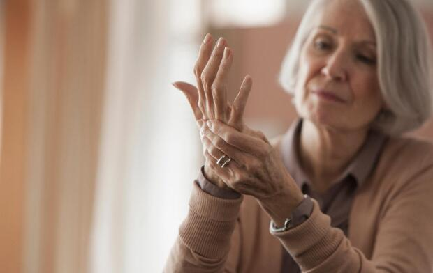 senior-woman-holding-hand
