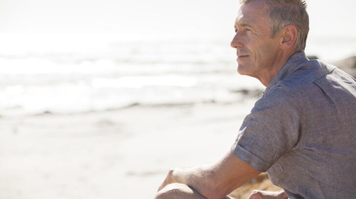 homme-assis sur la plage