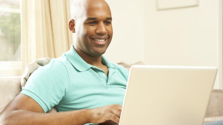 homme utilisant un ordinateur portable