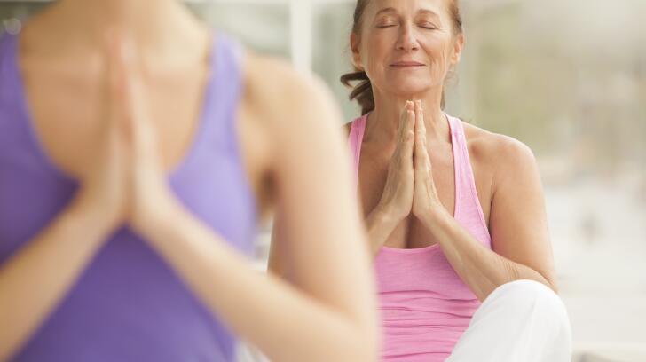 meditação mulher sênior na aula de yoga