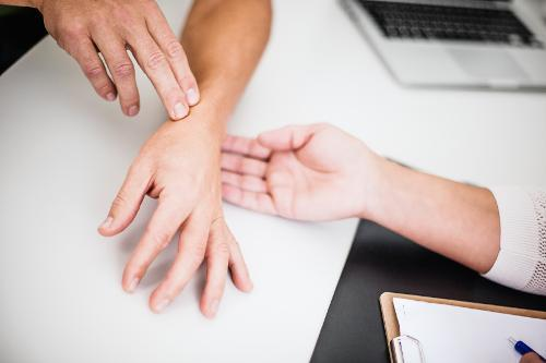 What Rheumatoid Arthritis Does to the Hands and Wrists